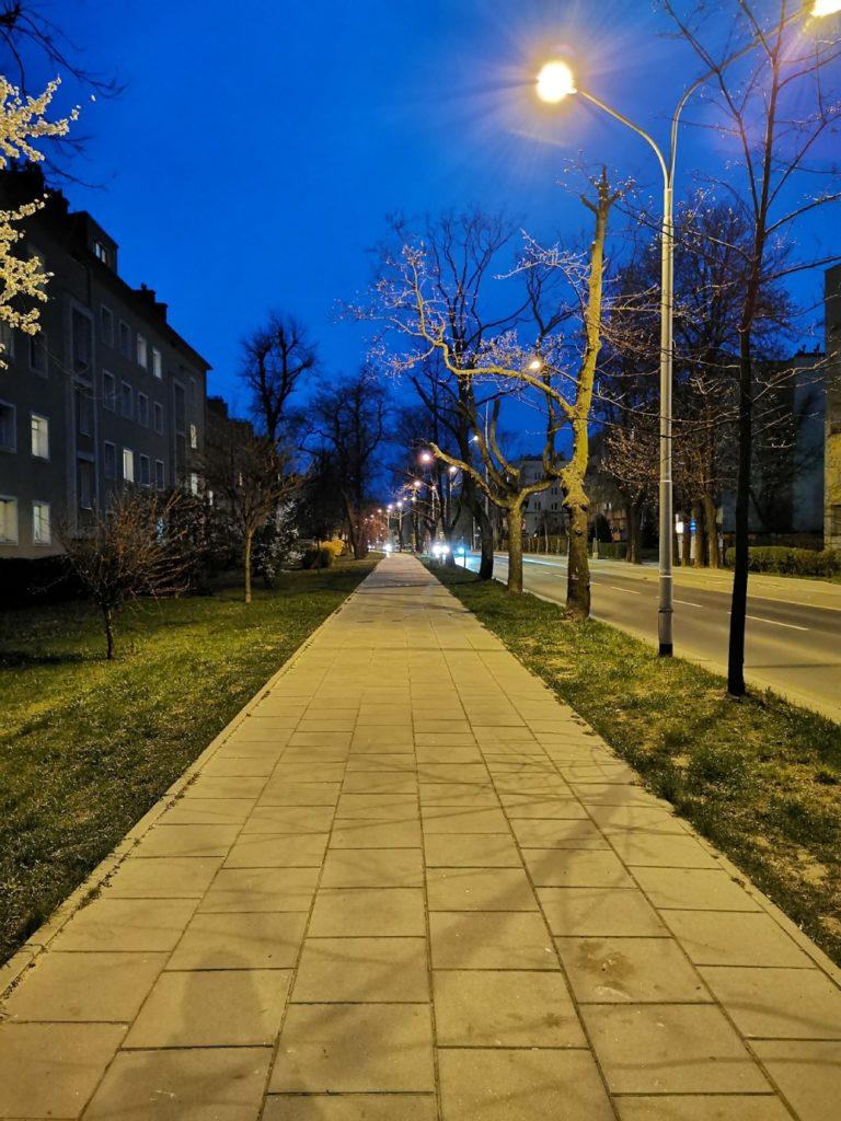 Huawei P30 Pro zdjęcie ulicy w nocy