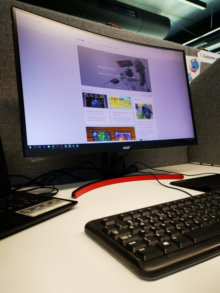 Acer ED273URPBIDPX w biurze