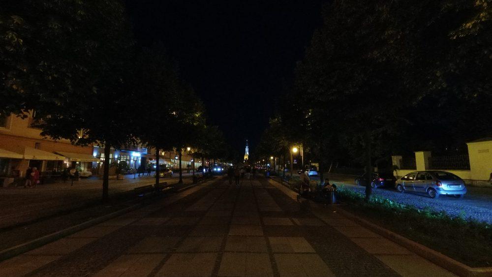 dji osmo action miasto wieczorem