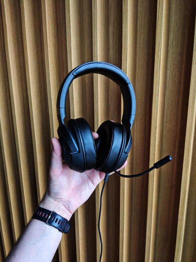 Razer Kraken X słuchawki w rękach