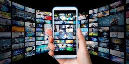 Smartfon zamiast kina. Tylko jaki wyświetlacz temu sprosta?