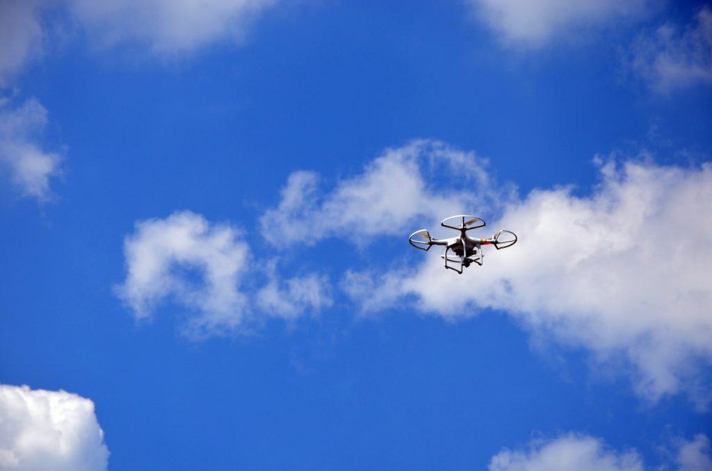 dron na tle nieba