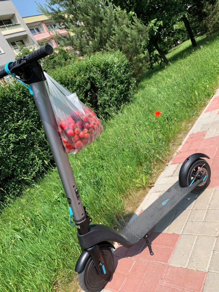 Hulajnoga elektryczna Modus Scooty Power na chodniku
