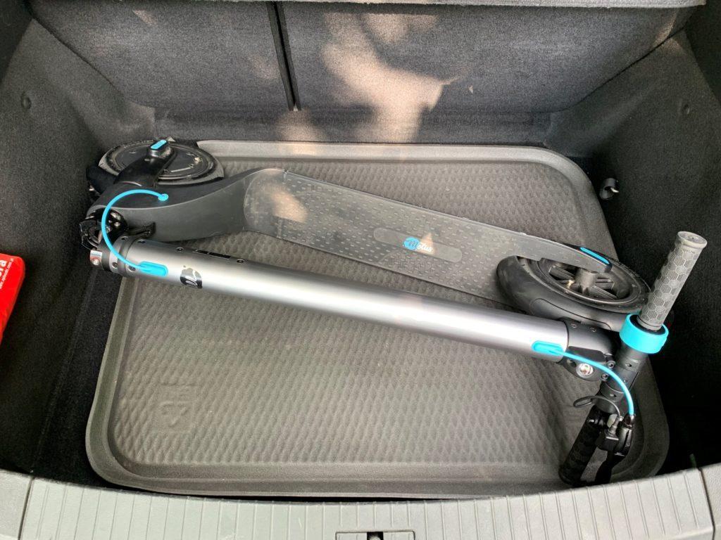 Hulajnoga elektryczna Modus Scooty Power złożona w bagażniku