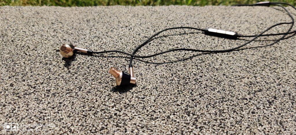 Widok na kabel z mikrofonem słuchawek 1more E1001 Triple Driver