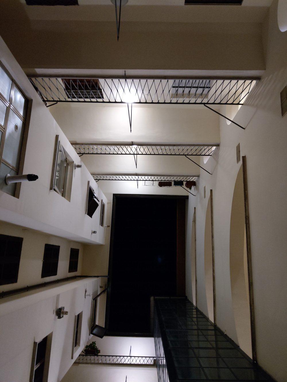 zdjęcie nocne budynek w mieście htc u12 plus