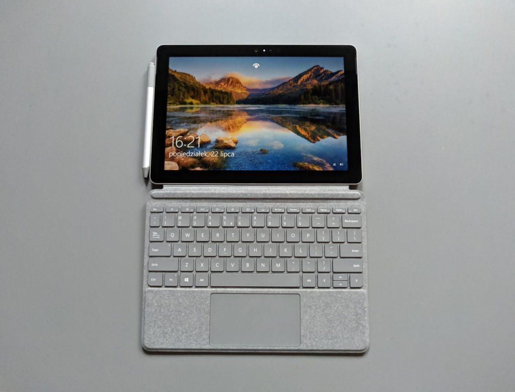 Microsoft Surface Go front tabletu wraz z akcesoriami