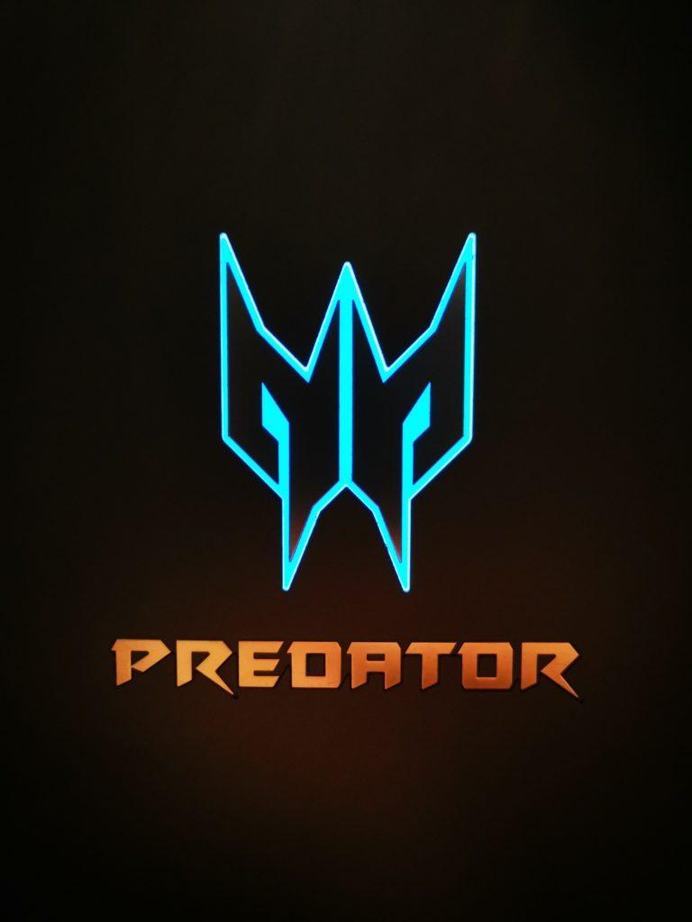Predator Helios 300 logo na pokrywie