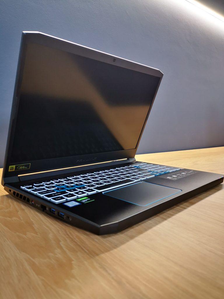 Predator Helios 300 podświetlone klawisze