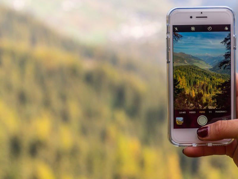 Jak robić zdjęcia na wakacjach? Wystarczy smartfon z dobrym aparatem i parę trików