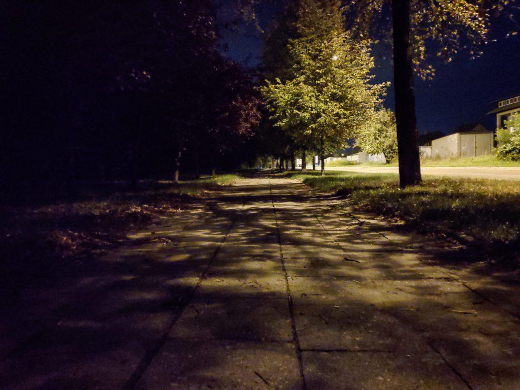 Asus Zenfone 6 zdjęcie nocne alejka w trybie nocnym główny aparat