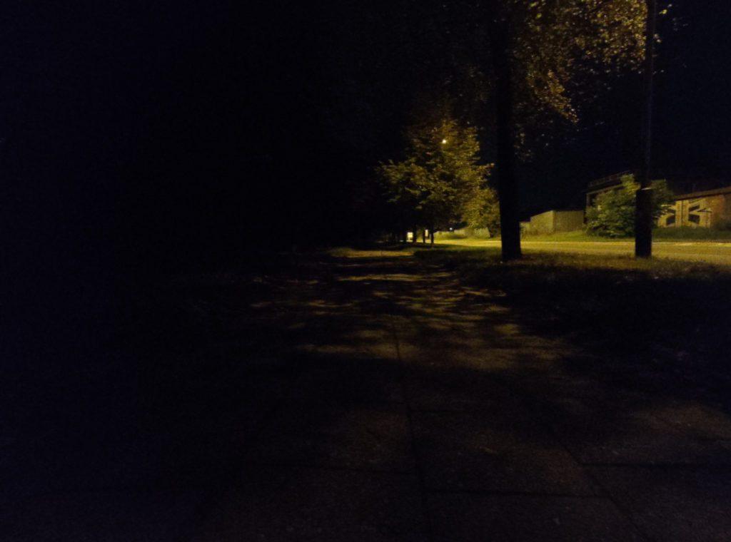 Asus Zenfone 6 zdjęcie nocne bez trybu nocnego obiektyw szerokokątny alejka