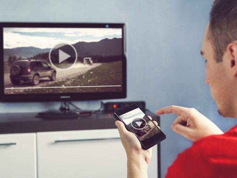 Jak podłączyć telefon do telewizora? Skorzystaj z tych prostych trików