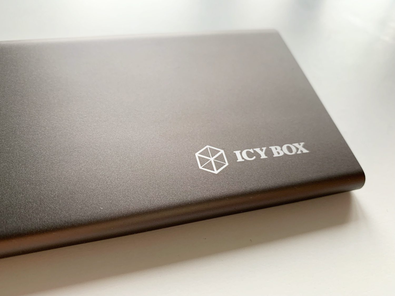 logo icy box na stacji dokującej