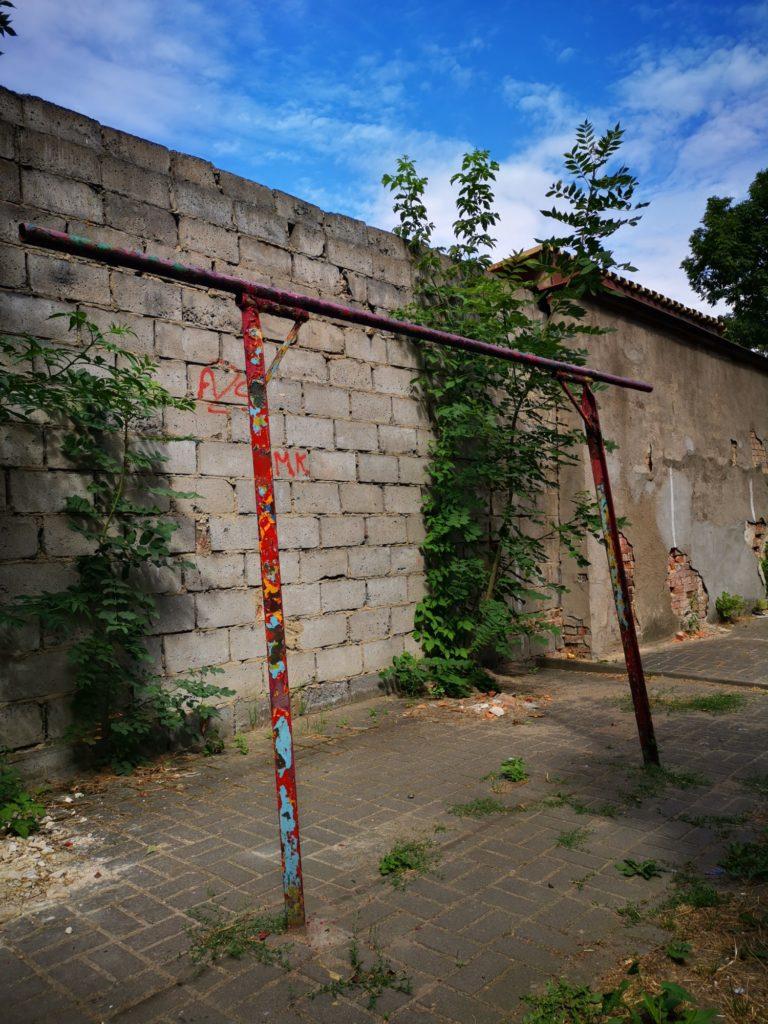 Huawei Mate 20x zdjęcie trzepaka na podwórku