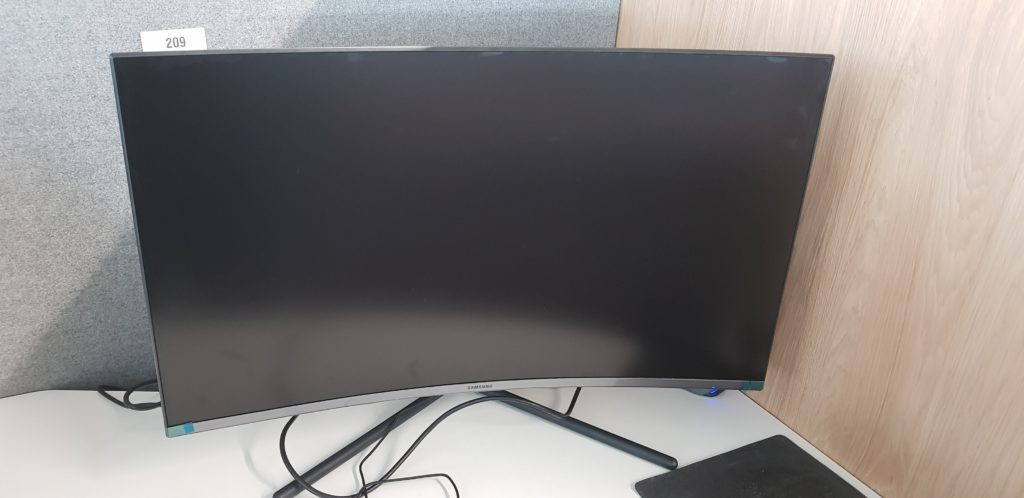Samsung U32R590CWUX Curved 4K zmontowany.
