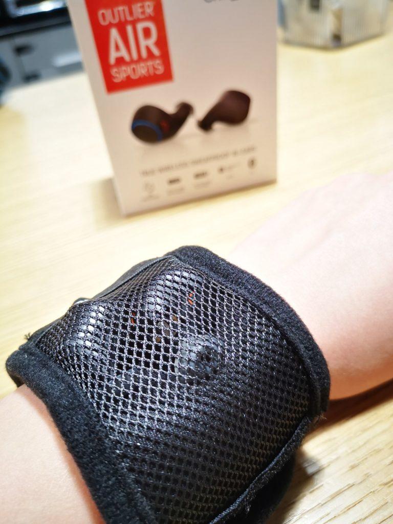 Creative Outlier Air Sports — podręczna opaska na rękę. W kieszonce słuchawki.