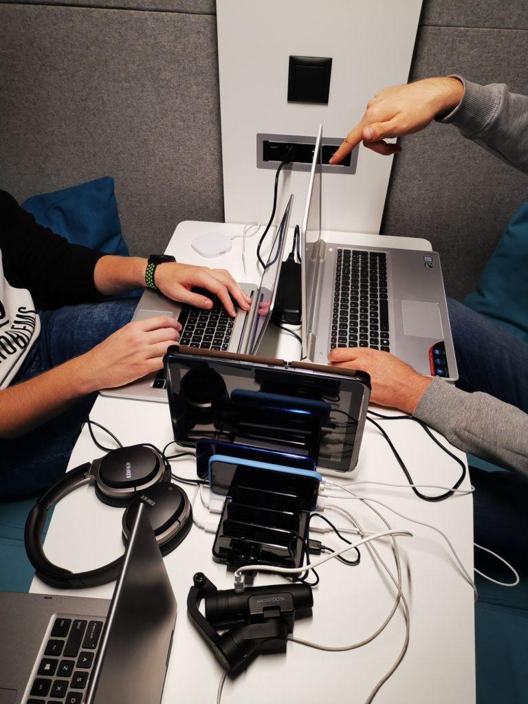 Jednoczesne ładowanie 8 urządzeń w stacji Unitek 8x USB