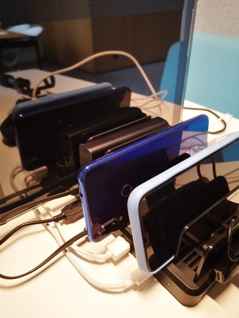 uporządkowane urządzenia w stacji ładującej Unitek 8x USB