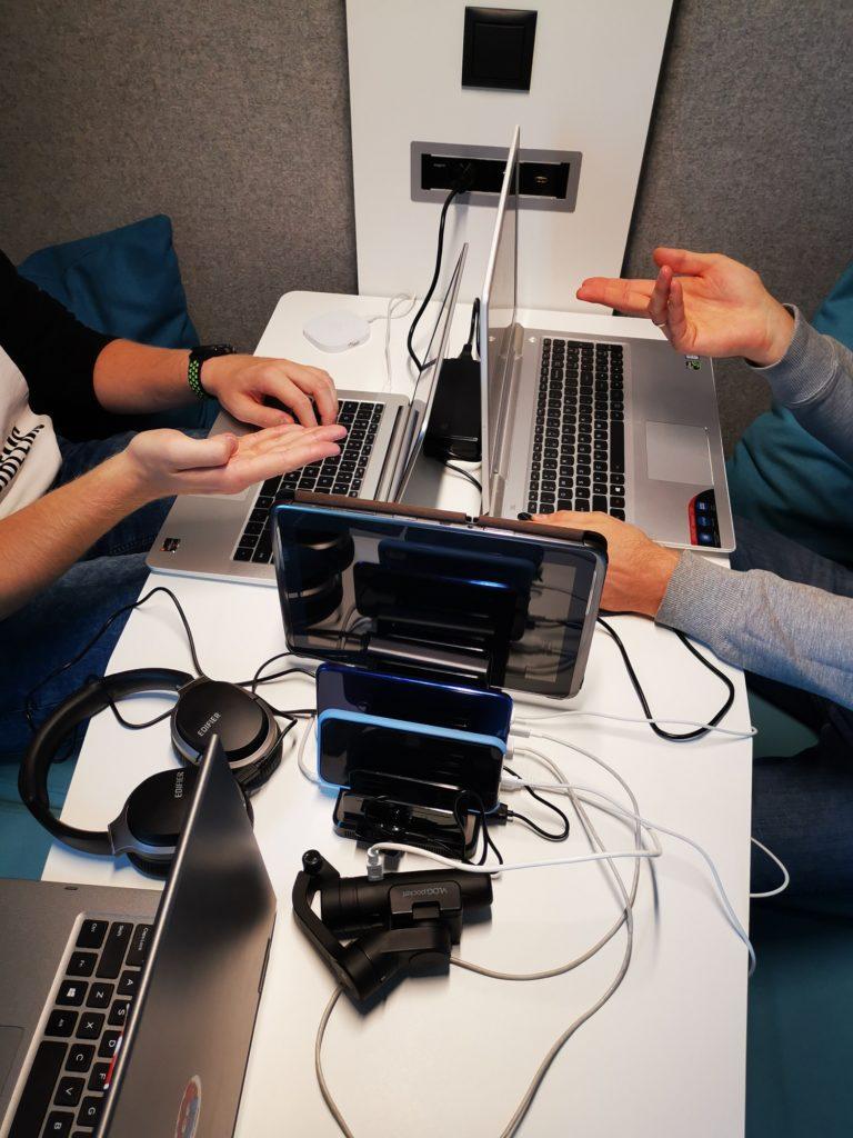 Unitek 8x USB ładuje urządzenia podczas spotkania
