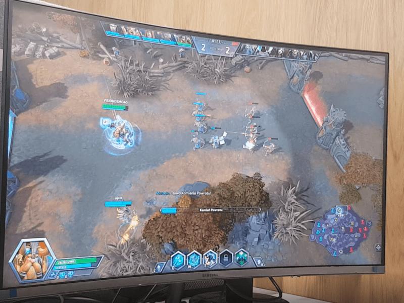 Zakrzywione 32 cale atakują w Krakowie. Recenzja monitora Samsung U32R590CWUX Curved 4K