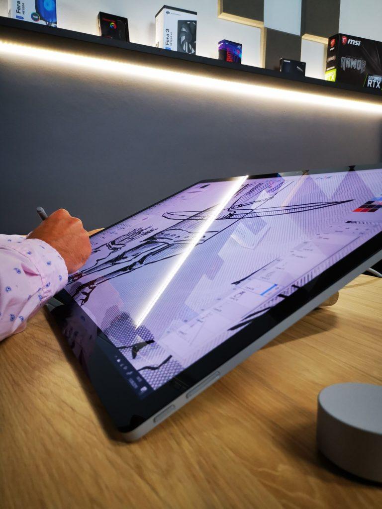 Microsoft Surface Studio 2 w pozycji stołu kreślarskiego
