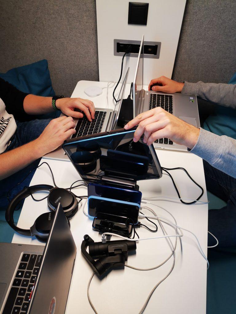 Spotkanie kreatywne ze stacją ładującą Unitek 8x USB