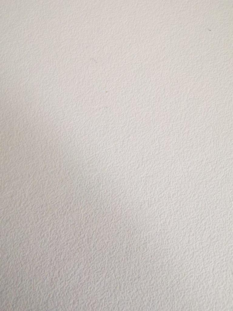 nierówna powierzchnia blatu biurka