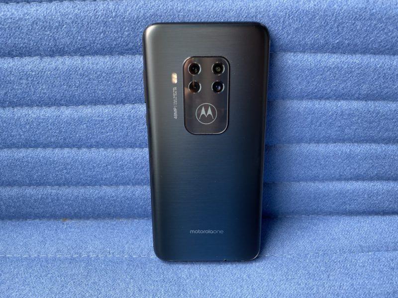 Zbliżenie na Motorola One Zoom. Recenzja nietypowego smartfona od Moto One