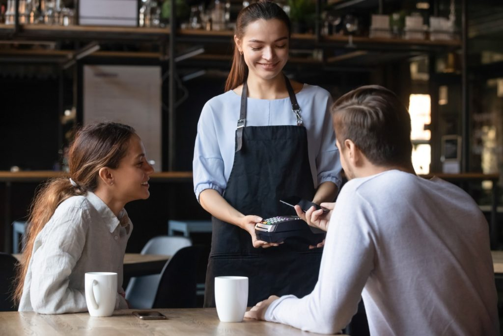 Płacenie telefonem w kawiarni