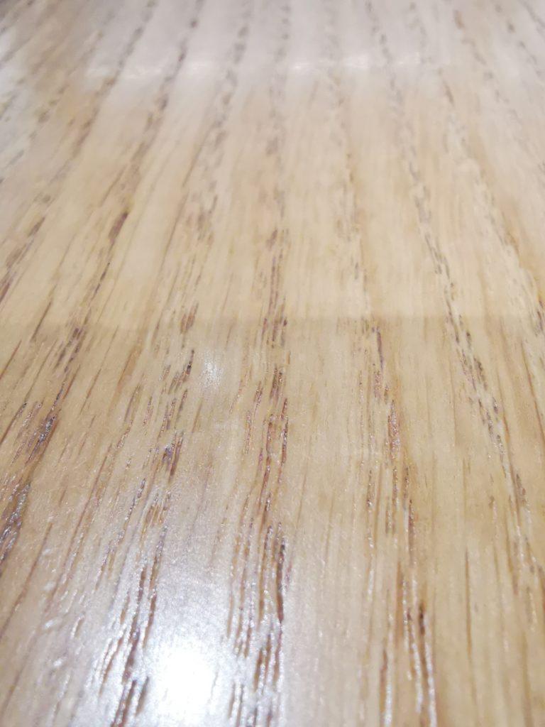 mikronierówności na blacie biurka