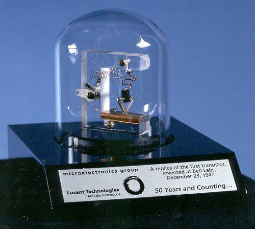 pierwszy tranzystor replika