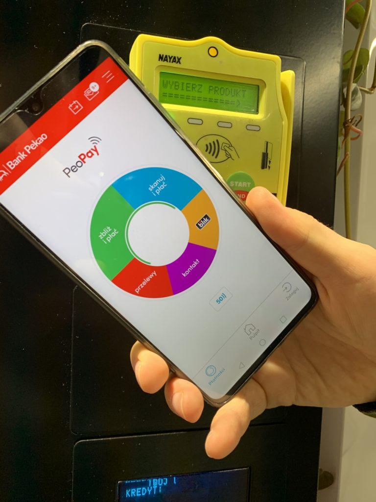 płacenie NFC w automacie aplikacja bankowa
