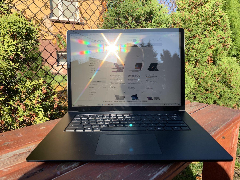 surface laptop 3 13 w słońcu