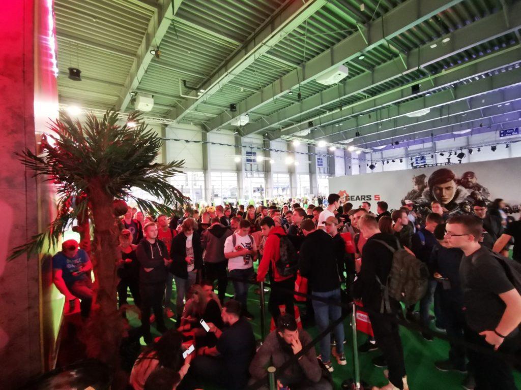 Tłum przed pokazem Cyberpunk 2077