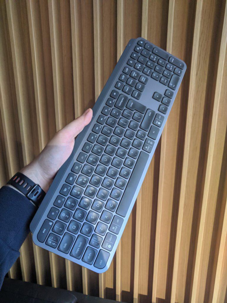 Logitech MX Keys jak wygląda w ręku