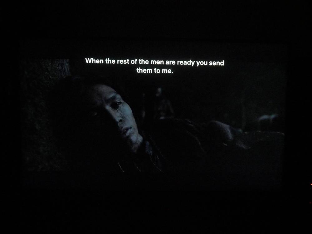 scena z filmu zjawa na ekranie telewizora samsung 50ru7172