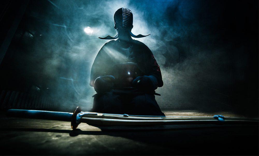 medytujący wojownik z mieczem