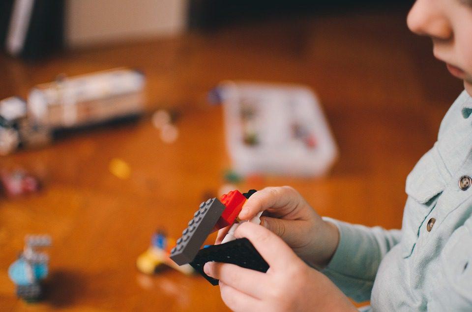 układanie klocków lego