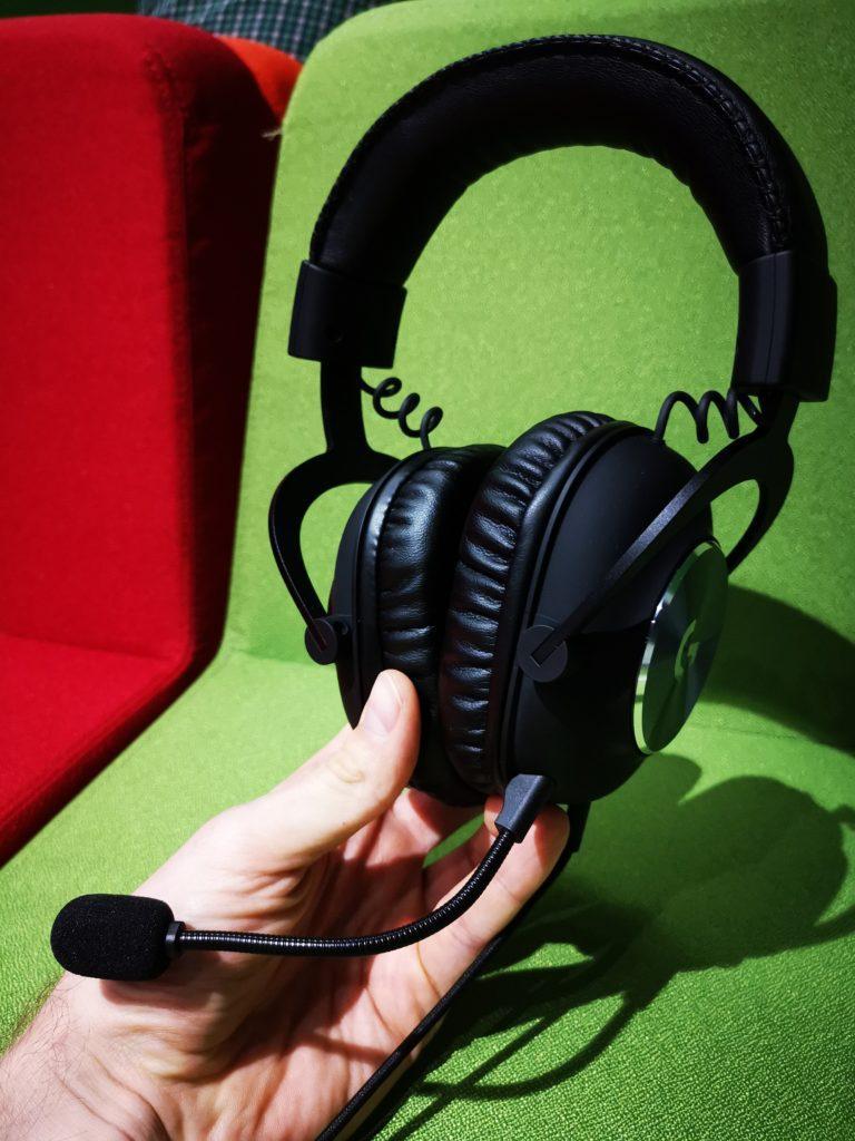 słuchawki logitech g pro x trzymane w dłoni