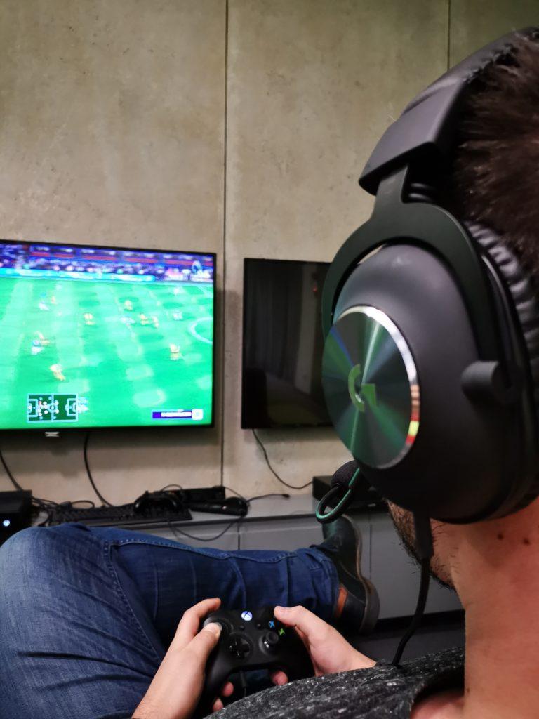 mężczyzna gra w fifę w słuchawkach logitech g pro x