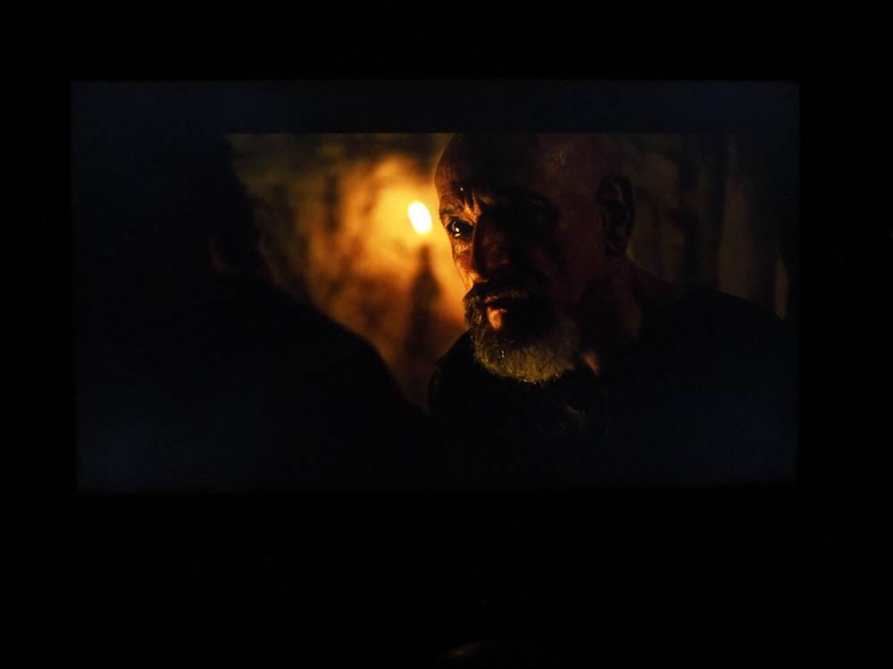 kadr z filmu exodus, który pokazuje, jak samsung 49ru8002 wyświetla obraz w zaciemnionych pomieszczeniach