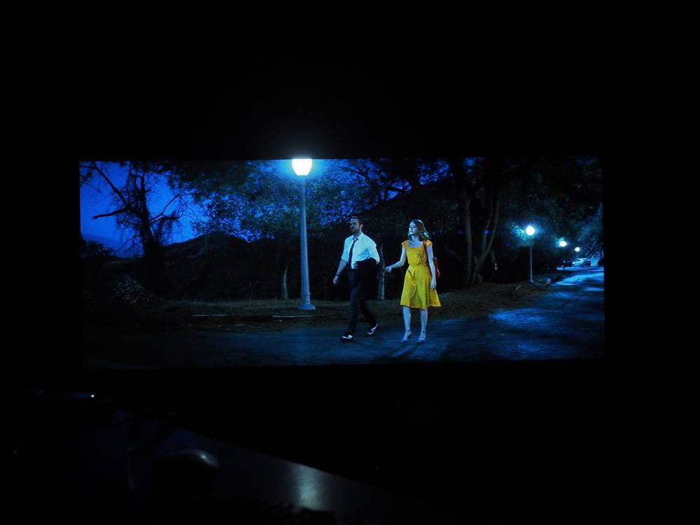 scena pokazująca odwzorowanie czerni w philipsie 55oled754
