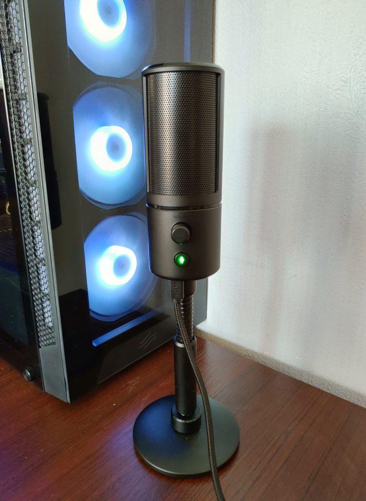 Razer Seiren Emote Przód mikrofonu z podstawą przy komputerze
