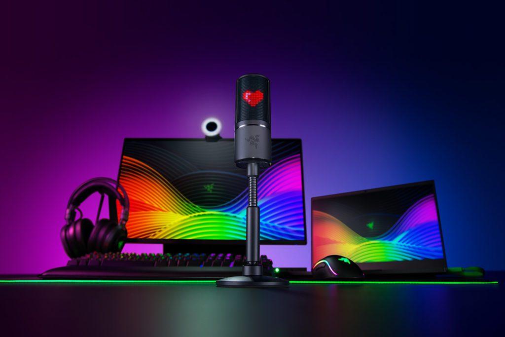 Razer Seiren Emote na biurku z innymi urządzeniami