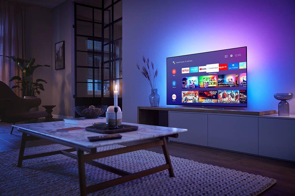 telewizor ambilight w salonie