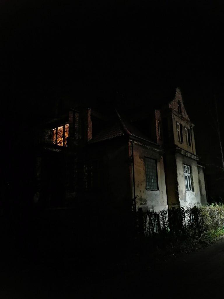 P Smart Pro zdjęcie budynku w nocy