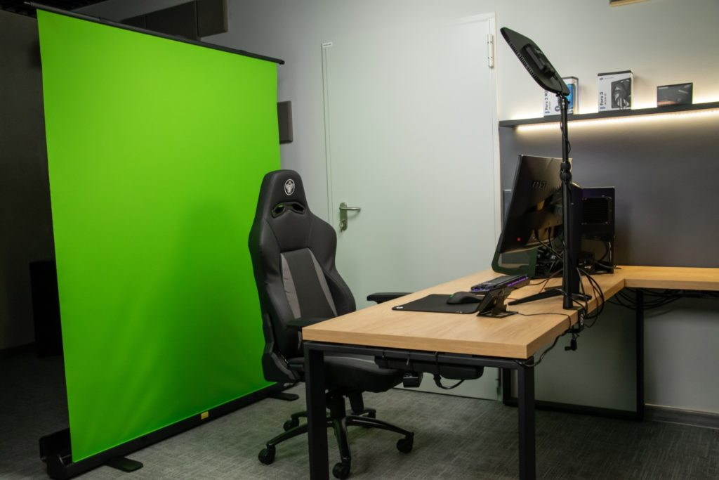 fotel na tle elgato green screen