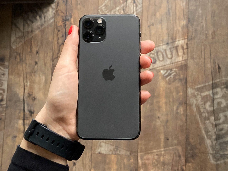 tył iPhone 11 Pro w ręce