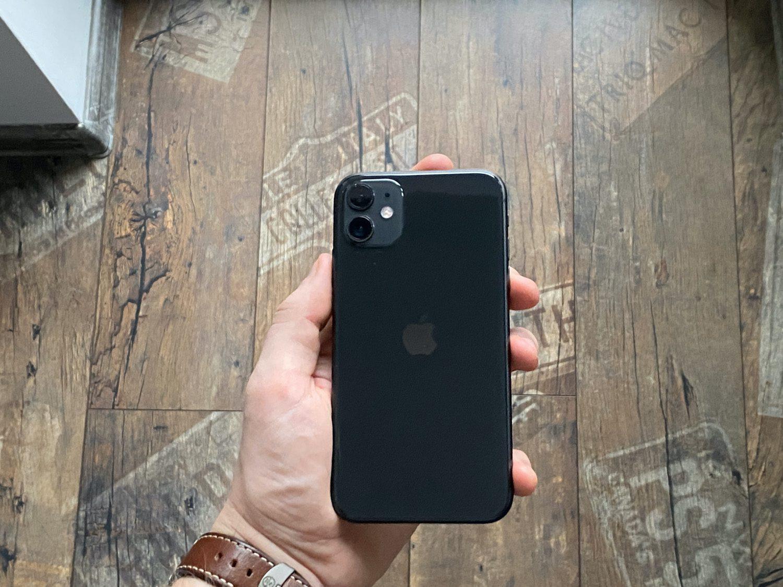 tył iPhone 11 w ręce